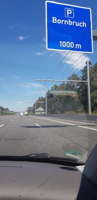 eHighway auf der A5 nahedes  Parkplatzs Bornbruch